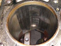 При запуске и прогреве слышен стук в двигателе
